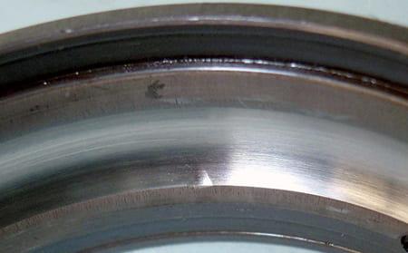 写真8-2 - 3.5.1 過大荷重による塑性変形(ブリネル圧こん)